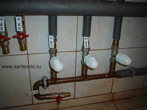 Трехуровневый загородный дом для постоянного проживания.  Монтаж гребенки теплых полов системы отопления дома.