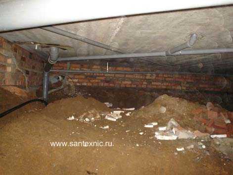 Монтаж разводки канализации первого этажа по потолку подвала.